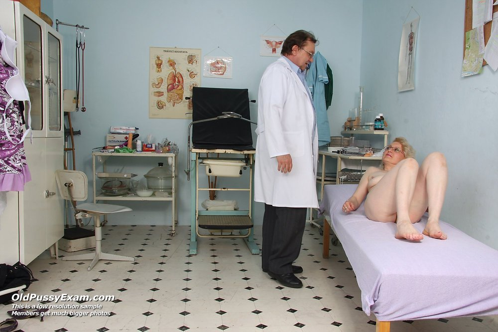 Old Mora opens her depraved pussy wide for gyno clinician at clinic