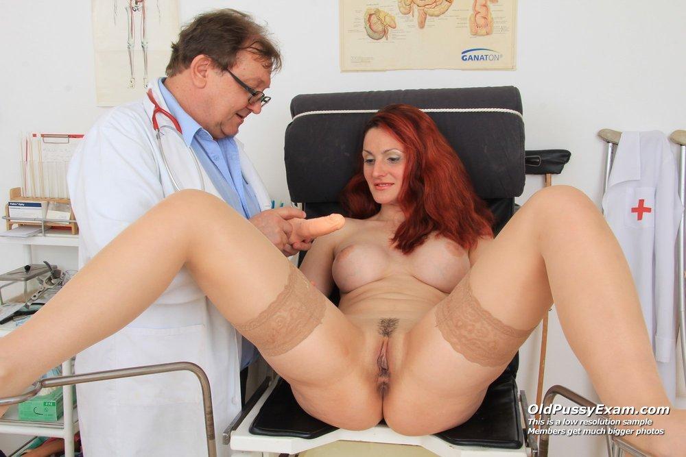 Порно у гинеколога ебет клиентку